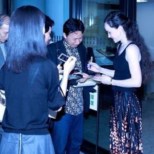 Lucinda-Dunn-signs-autographs-Photo-Lisa-Tomasetti-600-x-600